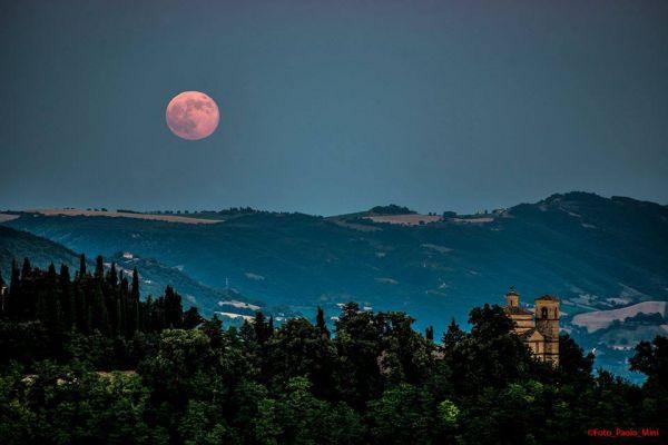 magnifica luna rossa su Urbino 23.06.2013
