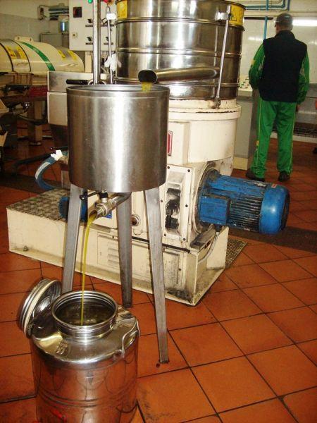 Шаг 3: отжатое масло фильтруется через грубые фильтры и направляется в накопительную емкость, от куда и поступает в канистру к хозяину.