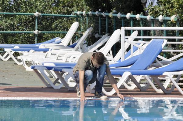 нам грустно, потому что лето кончается, и нельзя плескаться целый день в бассейне:)