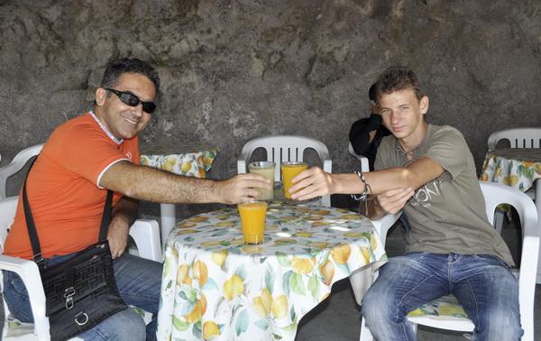 на подьезде в Сант Анжело на ваших глазах делают вкуснейший свежевыжатый сок:)