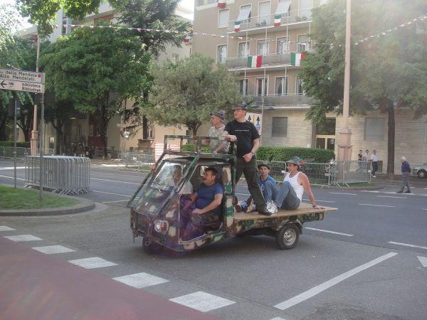 катаются на своих моторашках)))