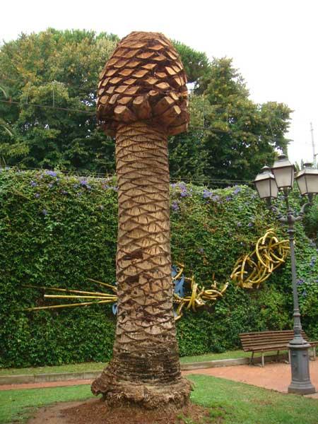 Арт-объект из пальмы...