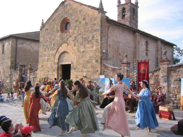 https://mia-italia.com/sites/default/files/Danzatrici-Monteriggioni_1.jpg