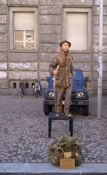 Мальчик-мим (живая фигура), оч. пользовался интересом у Alpini, в основном они ему денюЖками наполняли мешочек)