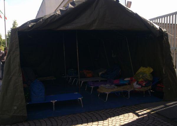 Вот так они и жили :) Кто размещал свои тенды и палатки на травке-муравке, а кто на тротуаре (где кому было выделено место)