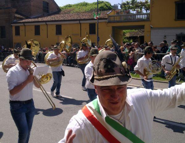 Есть и такие, кто успевает и в параде поучаствовать и ещё пообниматься и перецАловаться с наблюдающими за парадом… Любвеобильные Alpini)))