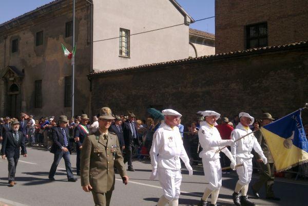Слева Alpino militare, в вот кто эти ребятки в белых костюмах, так и не удалось узнать(