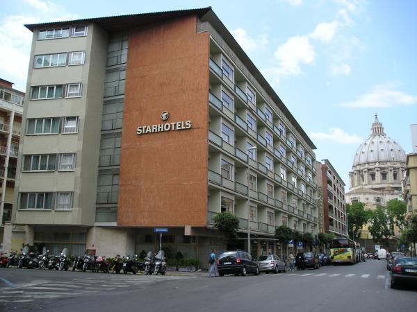 Отель на фоне Ватикана... вид от заправки, которая к нашему удивлению, имеет перерыв на обед, а также не работает ночью...