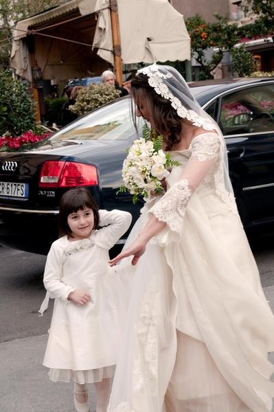 невеста долго упрашивала дефочку взять ее за ручку:) и та все таки согласилась...