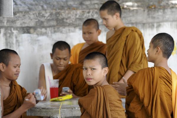 семинаристы в буддиском монастыре