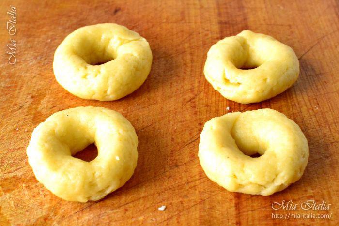 Концы колбасок соединяем вместе, обваливаем верхушки печенья  в сахаре.